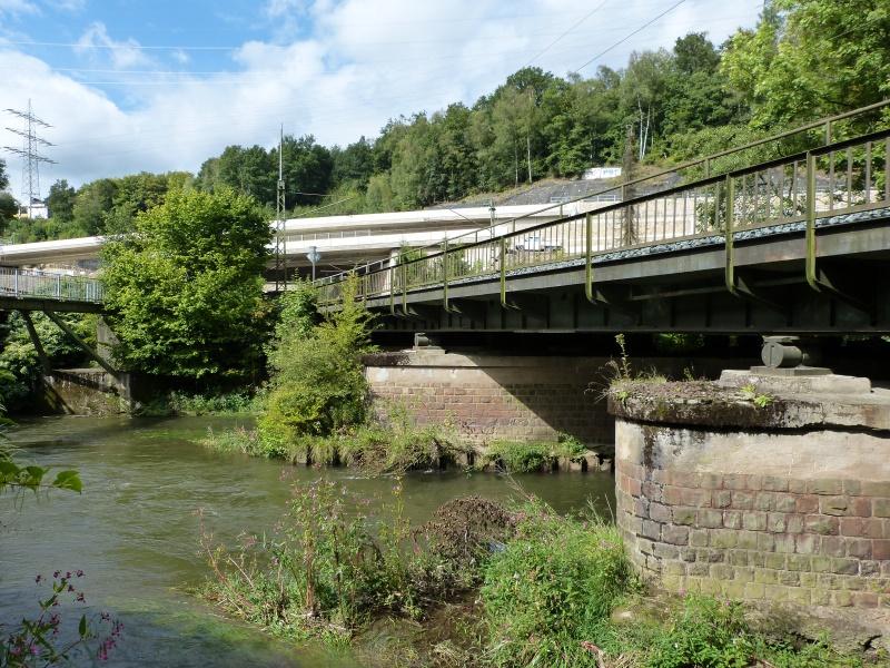 Sieg unterhalb der Eisenbahnbrücke und der verlängerten HTS