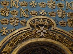 das Johanniterkreuz verweist uf die 8 Tugenden   (= potentiele Sünden)