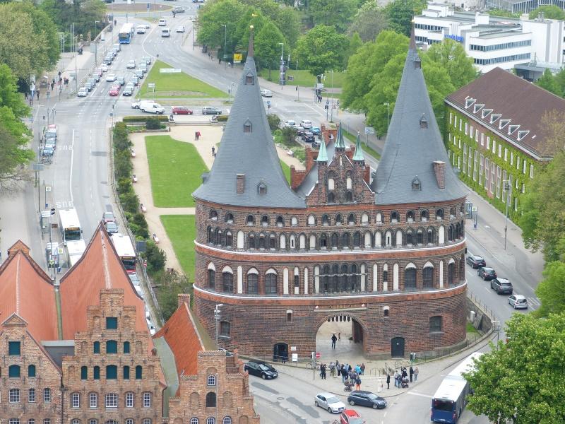 Blick vom Turm der Kirche St. Petri auf das Holstentor