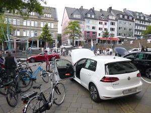 vor unserem Rathaus - aktuelle E-Fahrzeuge