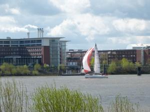 auf der gegenüberliegenden Seite der Elbe: die Airbuswerke