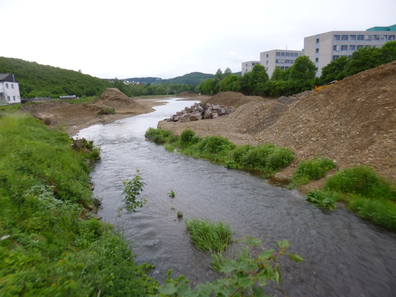 das neue Flussbett - rechts das Gelände der Telekom