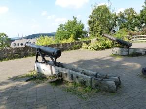 die Kanonen auf dem Wach- und Wehrturm des Oberen Schlosses waren auf die Stadt gerichtet