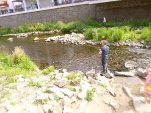 Fliegenfischer im Flussbett