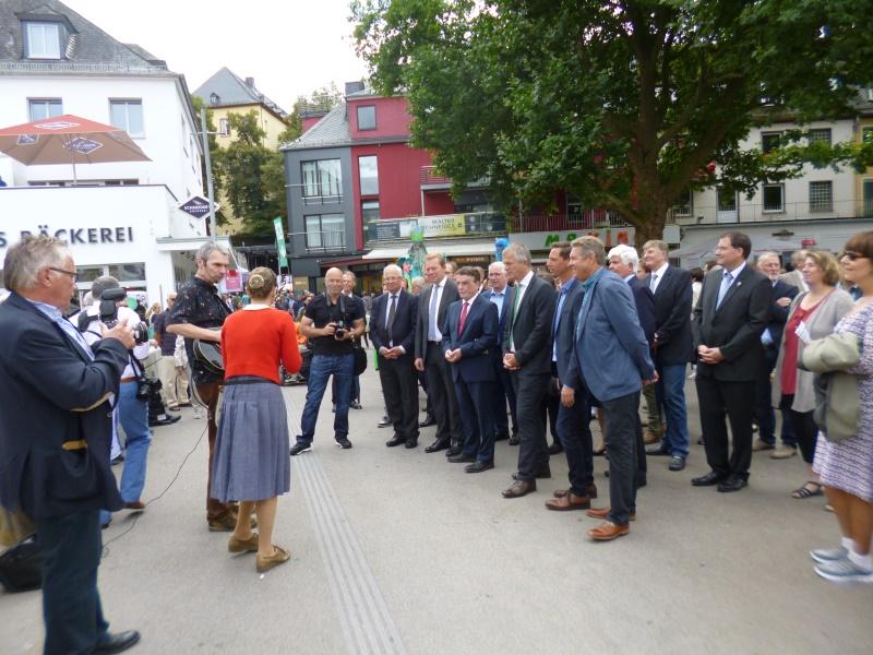 die beiden Minister - begleitet vom Bürgermeister und Landrat