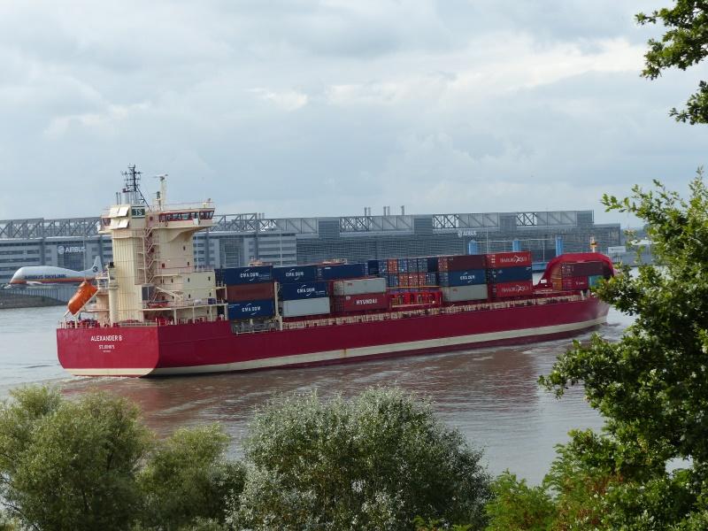 auslaufendes Containerschiff vor den Airbus-Produktionshallen