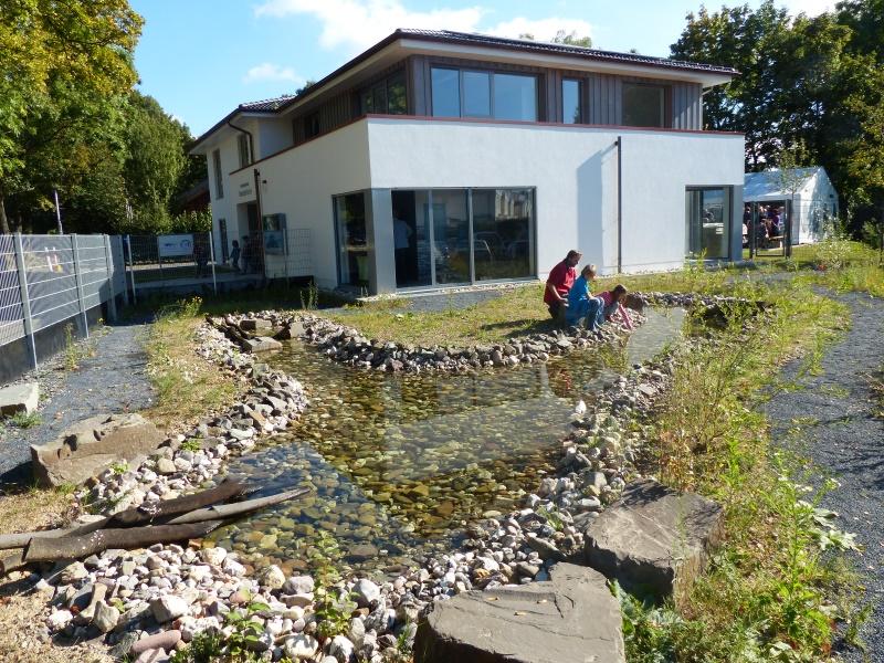 das Wissenshaus mit einem kleinen Biotop (am Ufer der Sieg)