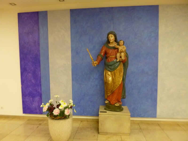 im Foyer des katholischen Krankenhauses