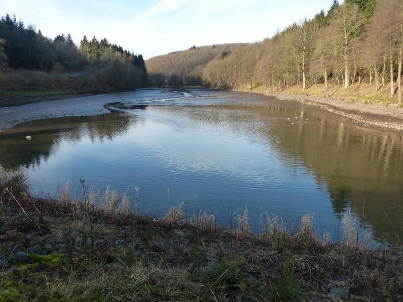 Blick vom Dam auf dmie abgesenkte Wasserfläche