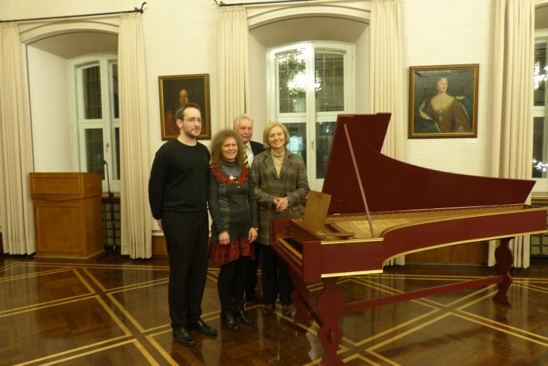 i Mittelpunkt das Cembalo - daneben von links: Torben Klaes,Schullieterin Angelika Braumann, Beigeordnete Babette Bammann (dahinter ich als Vorsitzender des Vereins)