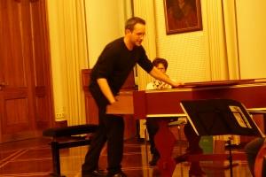 Torben Klaes erklärt das neue Cembalo
