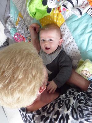 Mira mit Oma Ruth im Gespräch