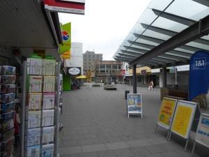 Blick aus dem bestehenden Einzelhandelszentrums auf das Rathaus