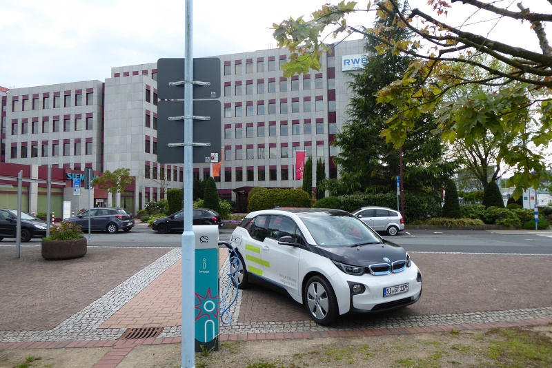 Blick vom öffentlich zugänglichen Energiepark auf die Hauptgebäude