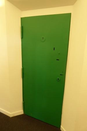 Tür einer Gefängniszelle - Erinnerung an die vorherige Nutzung