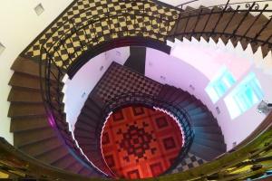 Blick in das Treppenhaus unseres Museums - Videoinstallation von Diana Thater