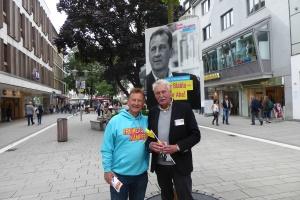 auf der Bahnhofstraße mit unserem Dirketkandidaten Pro. Dr. Hermann Siebdrat - Wirtschagtsinformatiker