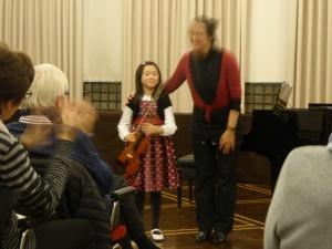 Enya Wu (Violine)nimmt im Ratssaal den verdienten Apllaus entgegen