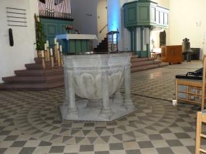 der romanische Taufstein