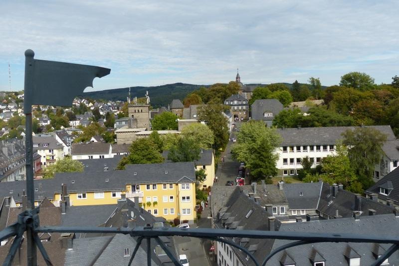 Blick vom Umgang auf dem Kirchturm auf den Schlossberg