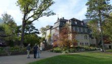 Blick vom Eingang zum Schlosspark au das Hautgebäude