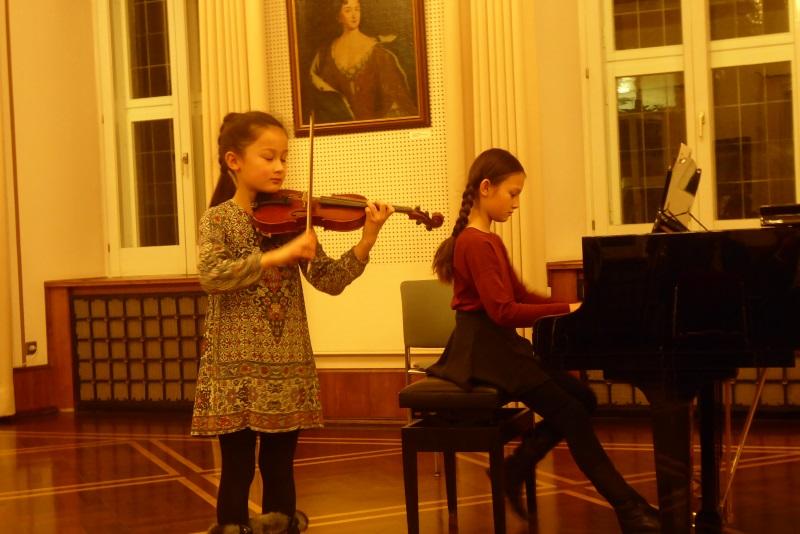 Laura von Fintel (Violine) und Schwester Franziska (Klavier)
